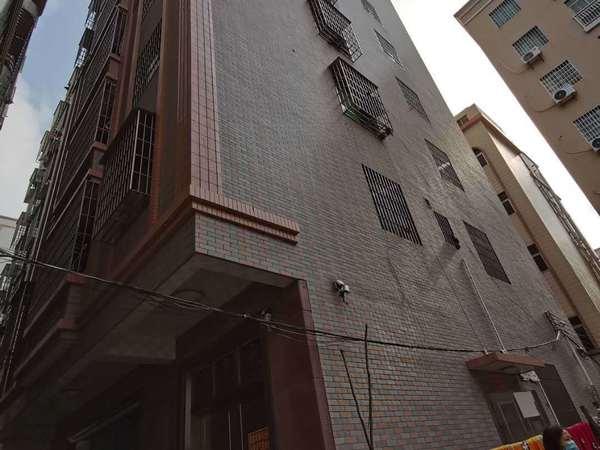 三中入口8层楼精装出售,占地面积133平方,白菜价336万出售,房东急需钱!